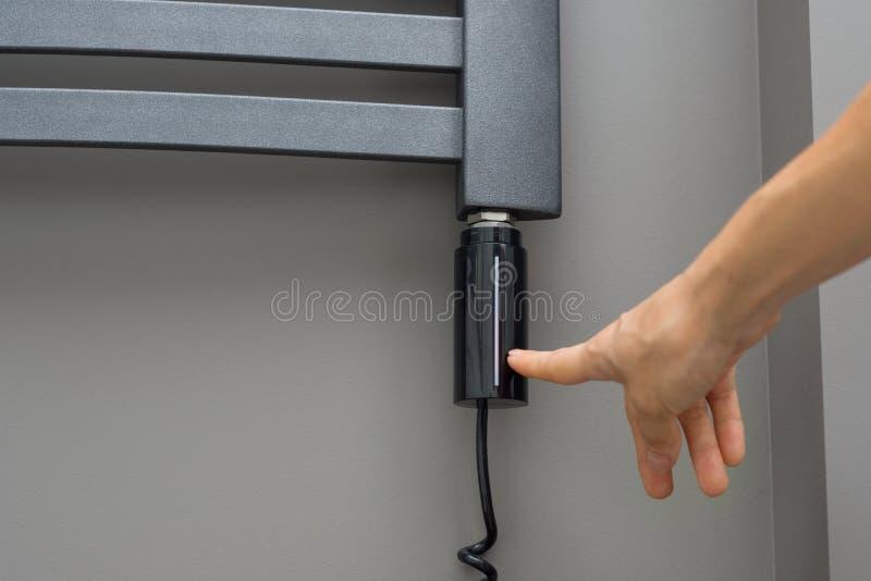 Close-up binnenlandse elementen van badkamers, handdoekradiator Grijs elektrisch thermostatisch verwarmd handdoekspoor de vrouwen stock afbeelding