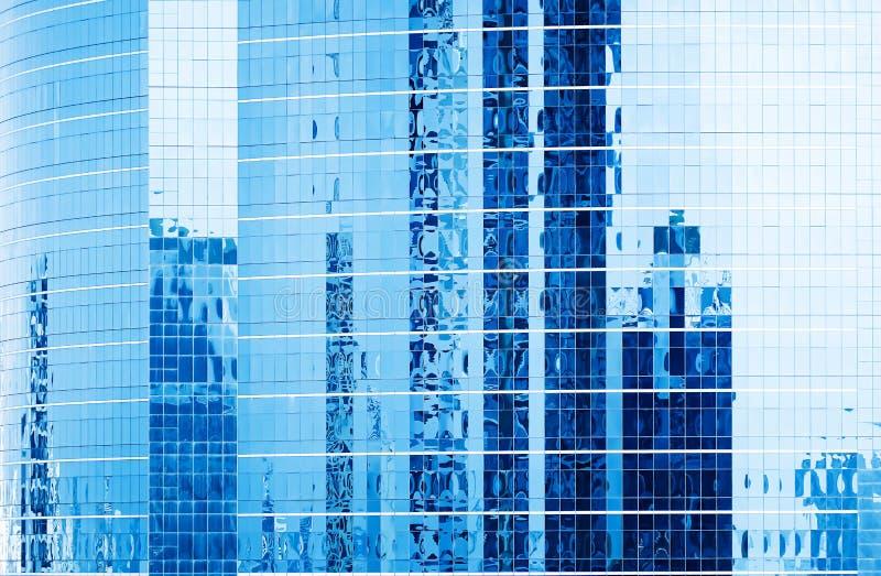 Close-up Blauwe vensters van Moderne Bureaugebouwen met bezinning in stad van Bangkok stock foto's