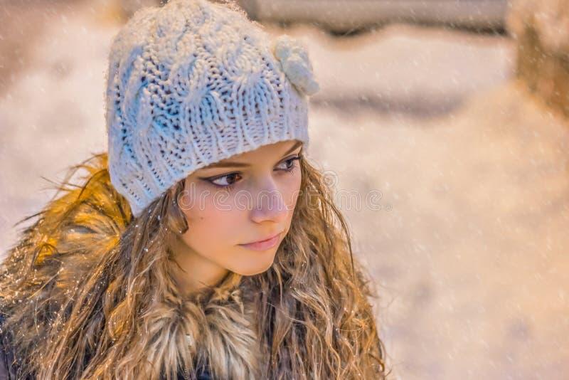 Close up bonito da cara da jovem mulher Menina loura Neve no fundo fotografia de stock royalty free