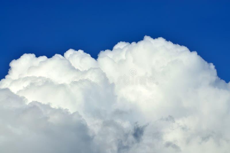 Close up bonito da nuvem de cúmulo foto de stock royalty free