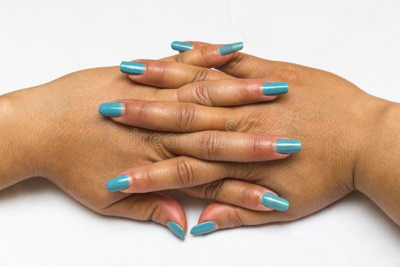 Close up bonito das m?os de uma jovem mulher com tratamento de m?os azul longo em pregos 1 imagens de stock royalty free