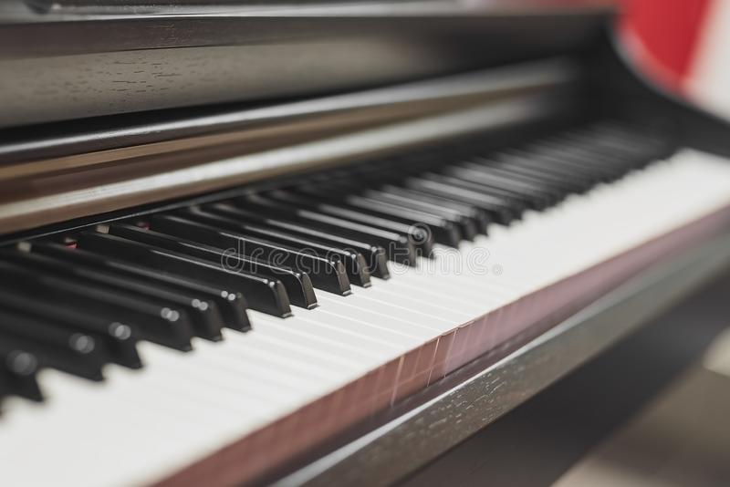 Close-up bonito de chaves do piano, foco seletivo fotografia de stock royalty free