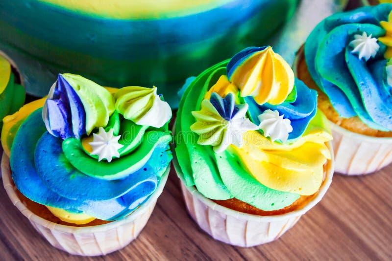 Close-up brilhante colorido dos queques que está na tabela imagens de stock