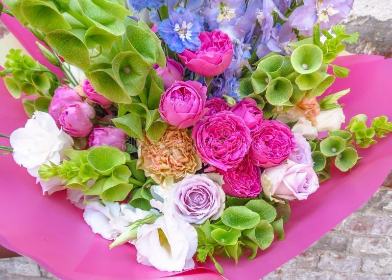 Close-up brilhante do ramalhete do verão Trabalho em um florista imagens de stock royalty free
