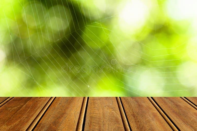 Close-up bruine houten textuur met groene aard bokeh achtergrond Abstracte achtergrond, leeg malplaatje royalty-vrije stock afbeeldingen