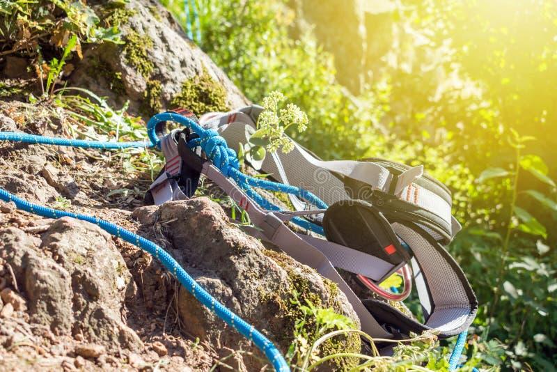 Close-up carabiner en beklimmend kabel dichtbij rots stock fotografie