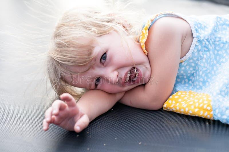 Close up caucasiano de grito da cara da menina da criança fotos de stock royalty free