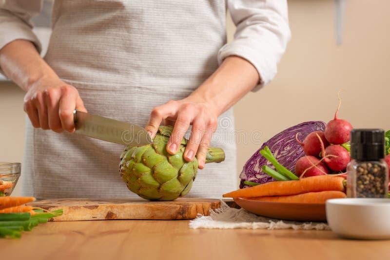Close-up, chef-kok die artisjok voorbereiden Het concept het verliezen van gezond en gezond voedsel, detox, veganist die, dieet,  royalty-vrije stock fotografie