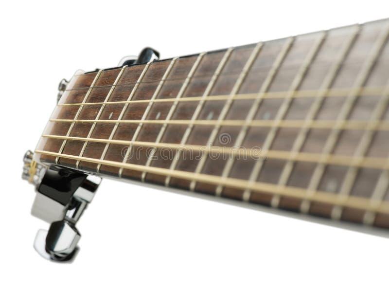 Close-up clássico acústico disparado com cordas, fim da guitarra acima da foto de uma guitarra acústica preta bonita em um morno fotografia de stock