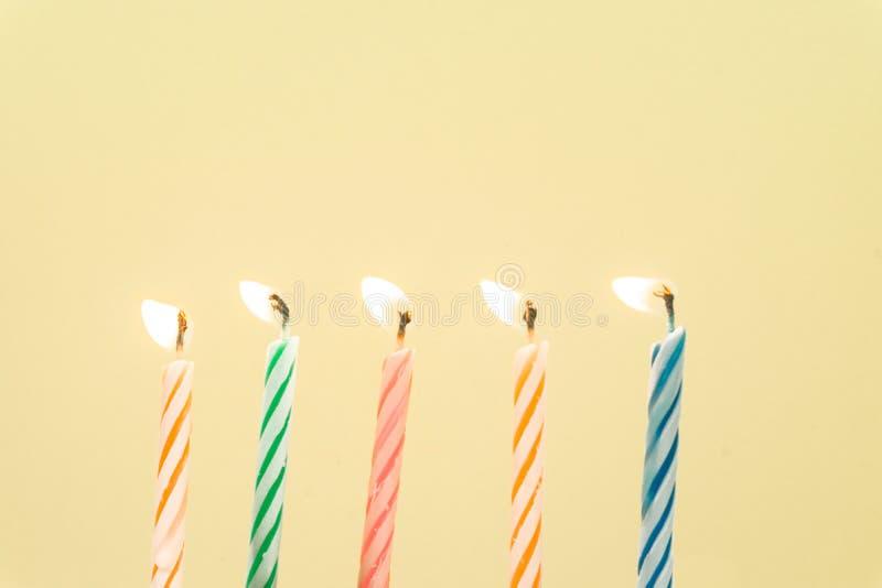 Close-up colorido das velas do feliz aniversario com um fundo pastel foto de stock royalty free