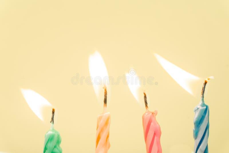 Close-up colorido das velas do feliz aniversario com um fundo pastel imagem de stock