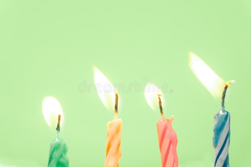 Close-up colorido das velas do feliz aniversario com um fundo pastel fotografia de stock royalty free