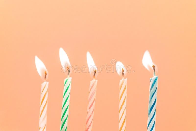 Close-up colorido das velas do feliz aniversario com um fundo pastel fotos de stock royalty free