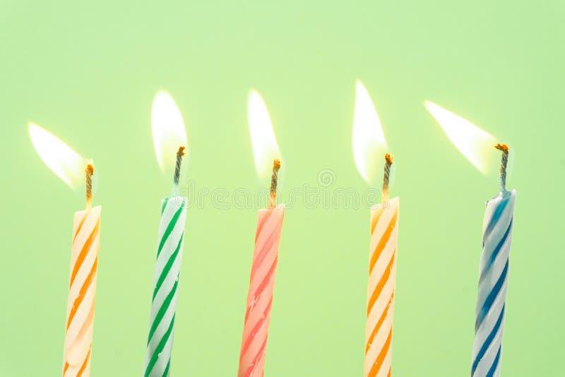 Close-up colorido das velas do feliz aniversario com um fundo pastel imagens de stock royalty free