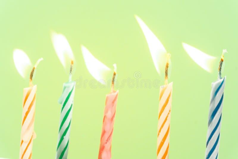 Close-up colorido das velas do feliz aniversario com um fundo pastel imagem de stock royalty free