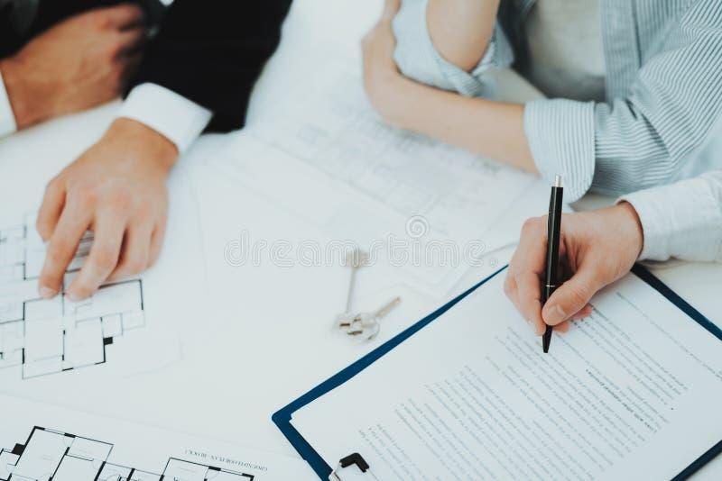 Close-up Conceito de assinatura do contrato Compra da propriedade imagem de stock royalty free
