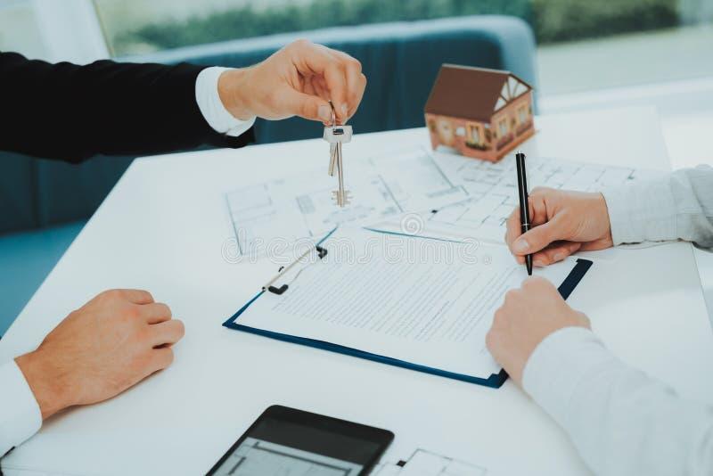 Close-up Conceito de assinatura do contrato Compra da propriedade foto de stock