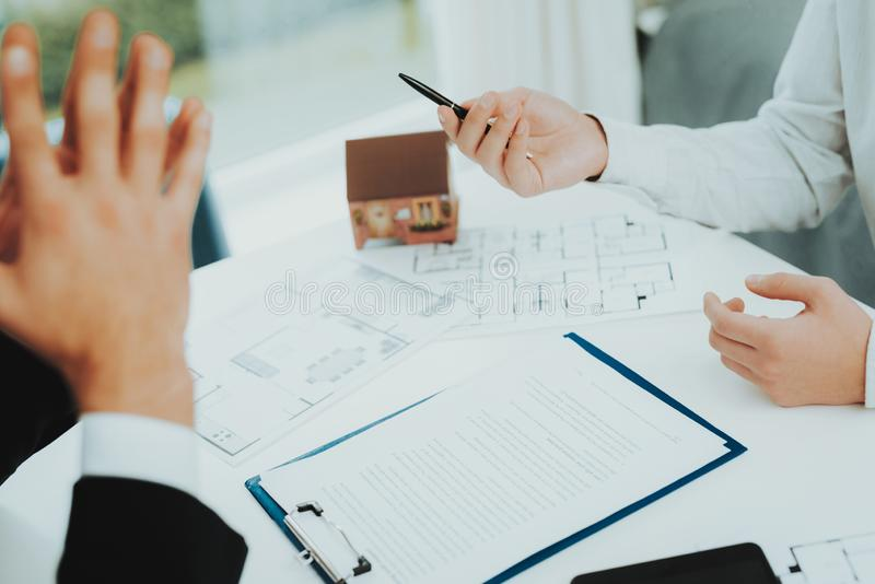 Close-up Conceito de assinatura do contrato Compra da propriedade imagens de stock