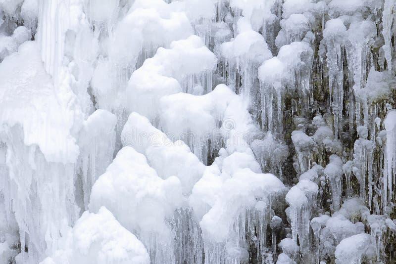 Close up congelado dos sincelos da cachoeira imagens de stock royalty free