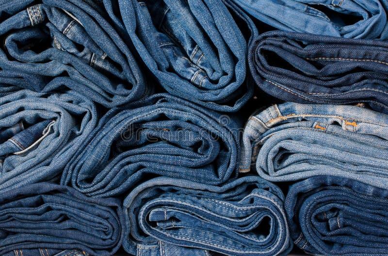 Close up constringido calças de brim dos rolos imagem de stock