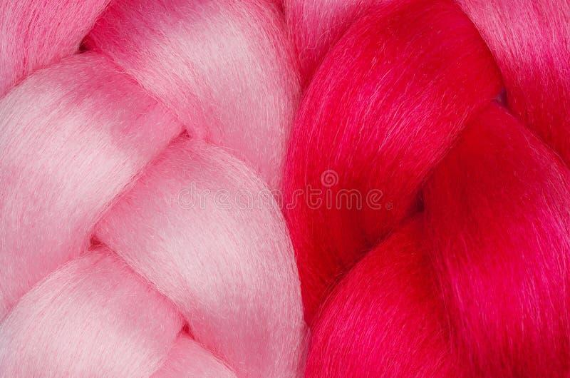 Close-up cor-de-rosa bonito do kanekalon dois Penteados e cuidados capilares imagens de stock