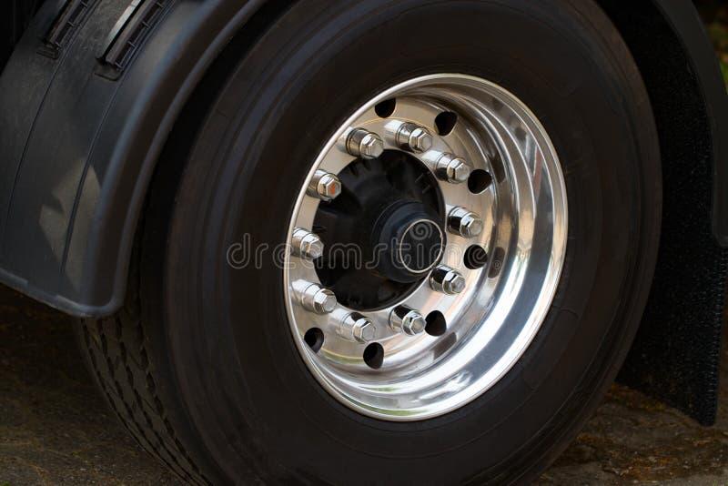 Close up cromado da roda do caminhão Roda resistente do caminhão imagens de stock
