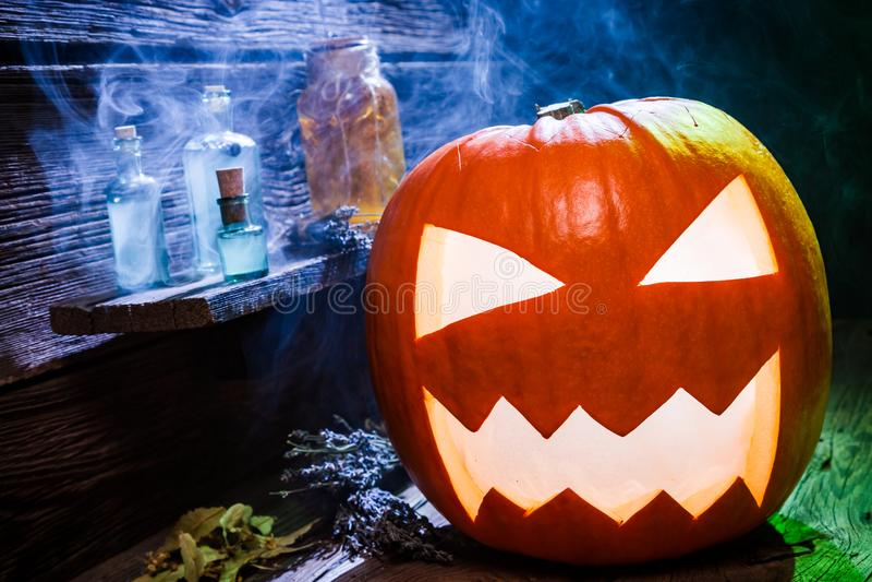 Close up da abóbora assustador de Dia das Bruxas no witcher labolatory imagem de stock royalty free