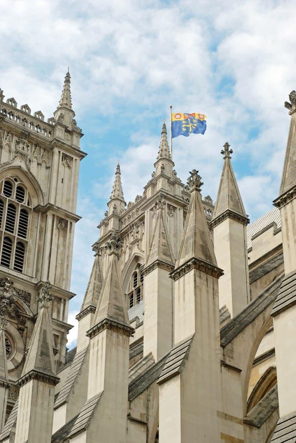 Close up da abadia de Westminster com vôo da bandeira imagens de stock
