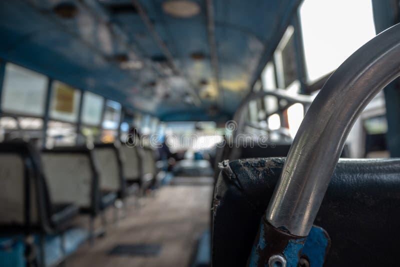 Close-up da barra de ferro do assento no fundo borrado do ônibus fotos de stock