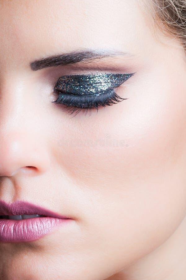 Close up da beleza da cara da mulher com sombra de brilho fotos de stock