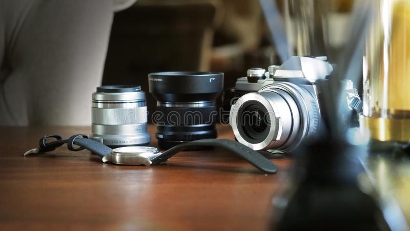 Close up da câmera clássica em uma mesa de madeira com relógio de pulso e para len o foco selecionado equipamento Fundo com um bo imagens de stock