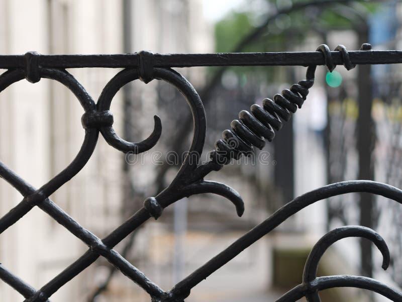 Close-up da cerca preta vitoriano do ferro fundido do vintage fotos de stock royalty free