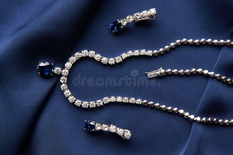 Close-up da colar e dos brincos da platina do ` s das mulheres fotografia de stock royalty free