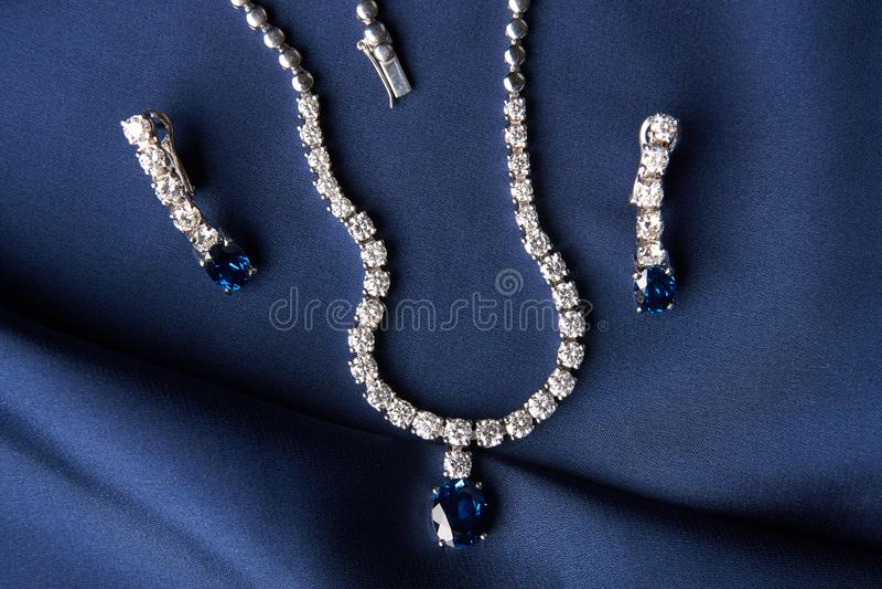Close-up da colar e dos brincos da platina do ` s das mulheres fotos de stock