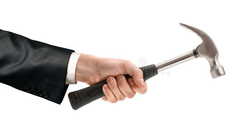 Close-up da colheita da mão de um homem que guarda um martelo com o punho de borracha isolado em um fundo branco imagens de stock
