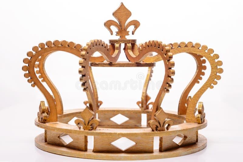 Close-up da coroa real dourada no fundo branco imagens de stock
