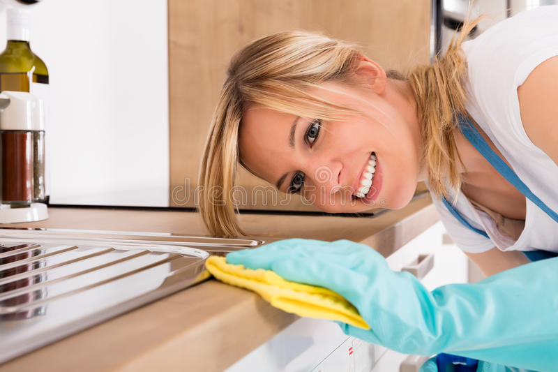 Close-up da cozinha Worktop da limpeza da mulher imagens de stock