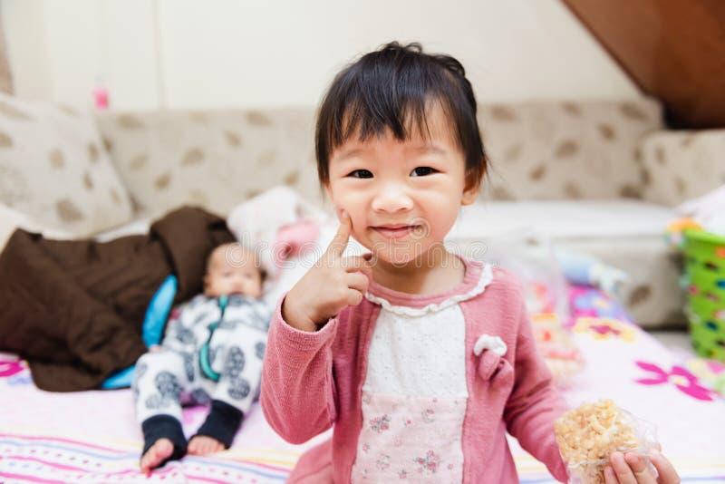 Close up da criança pequena feliz que joga sobre a cama em uma manhã relaxado imagem de stock royalty free