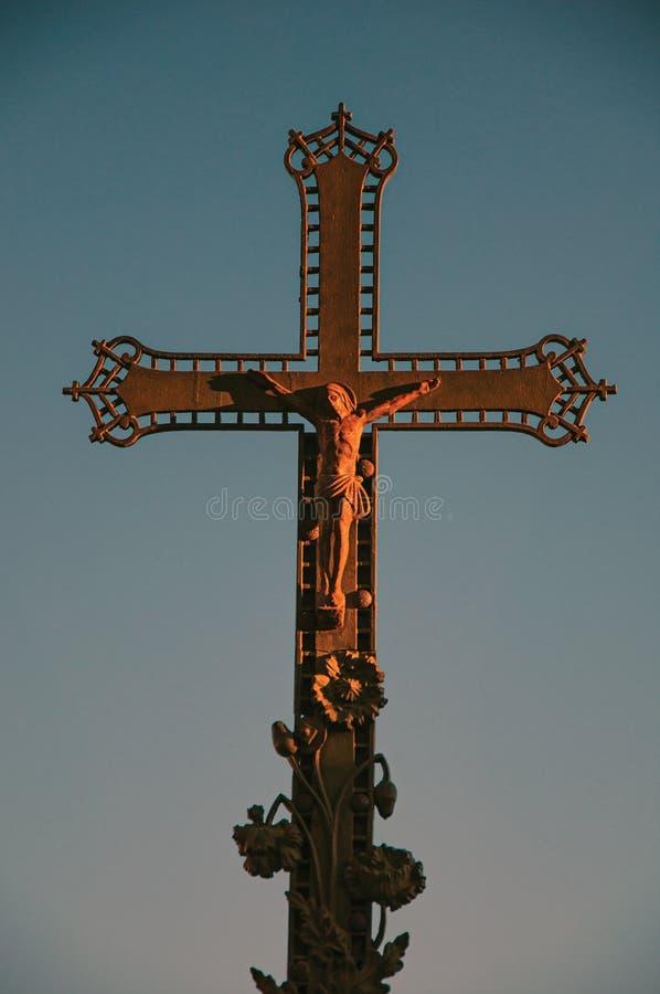 Close-up da cruz com o céu azul no por do sol, no centro da cidade do Châteauneuf-de-Gadagne imagem de stock