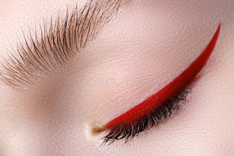 Close-up da elegância do olho fêmea bonito com o bri da tendência da forma imagens de stock