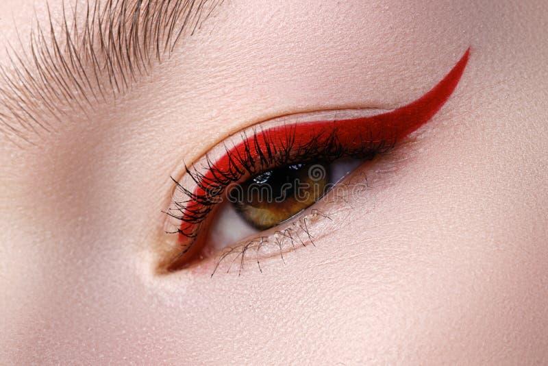 Close-up da elegância do olho fêmea bonito com o bri da tendência da forma foto de stock