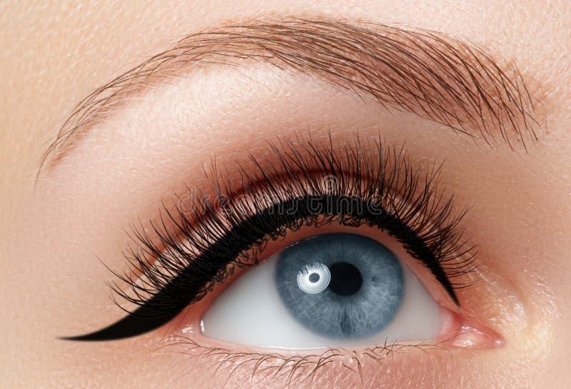 Close-up da elegância do olho fêmea bonito com sombra e lápis de olho da forma Tiro macro dos olhos azuis bonitos da mulher com foto de stock royalty free
