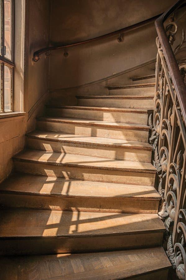 Close-up da escadaria de madeira na balaustrada do ferro da luz solar e do estilo de Nouveau em Paris imagens de stock