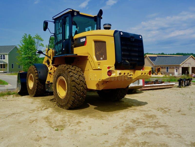 Close up da escavadora amarela brilhante no canteiro de obras no verão fotos de stock royalty free
