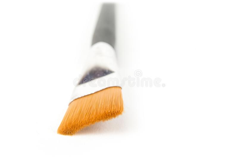 Close up da escova de pintura larga no branco imagem de stock