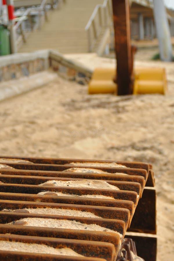 Close-up da esteira rolante da máquina escavadora fotos de stock
