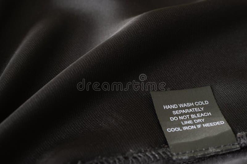 Close up da etiqueta da roupa que mostra instruções de lavagem fotografia de stock royalty free