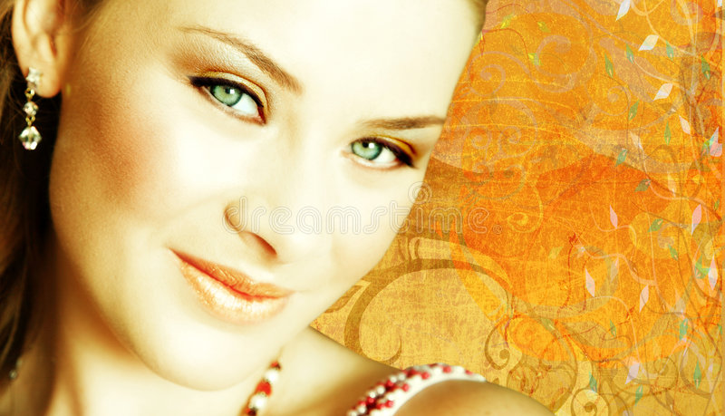 Close-up da face da mulher no fundo do grunge fotos de stock royalty free