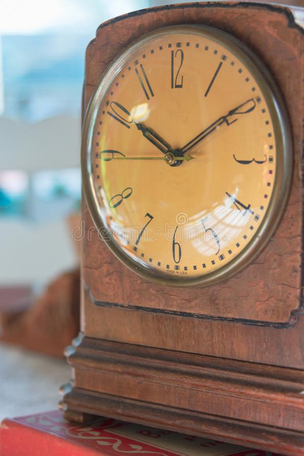 Close up da face do relógio de madeira do vintage imagens de stock