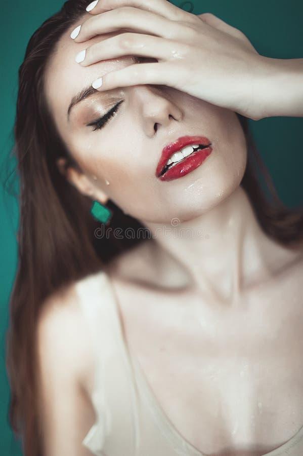 Close-up da face molhada bonita da mulher com gota da água em b verde fotos de stock royalty free